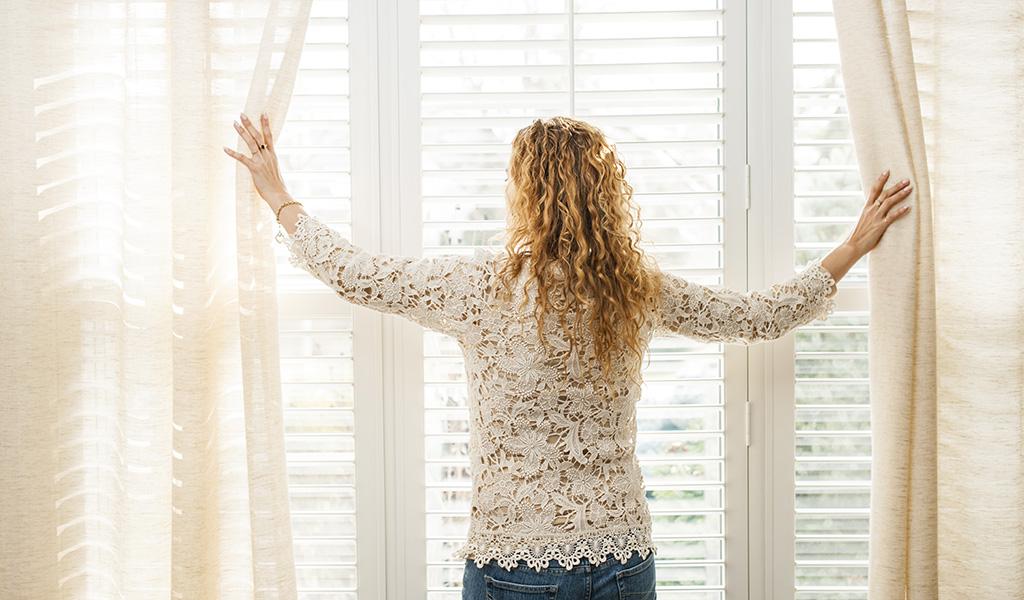 Asukas katsoo ulos ikkunasta.
