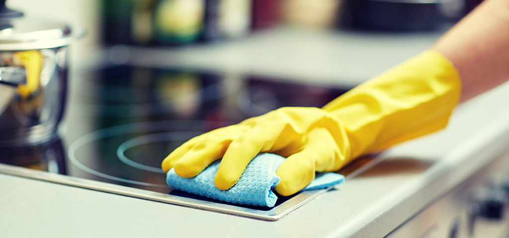 Asukas siivoaa asuntoa.