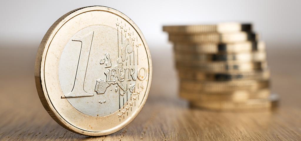 Euron kolikoita pinossa.