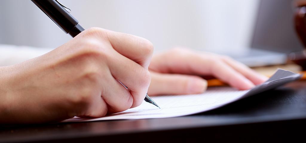Asukas allekirjoittaa vuokrasopimuksen.